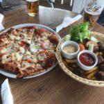 左は近所のパブのピザで右はミートボールとのこと。ミートボール丸出しって初めて見ました。